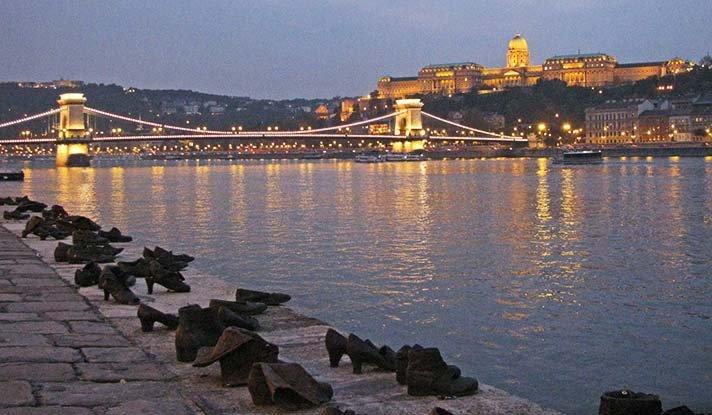 памятники будапешта Туфли на набережной Дуная